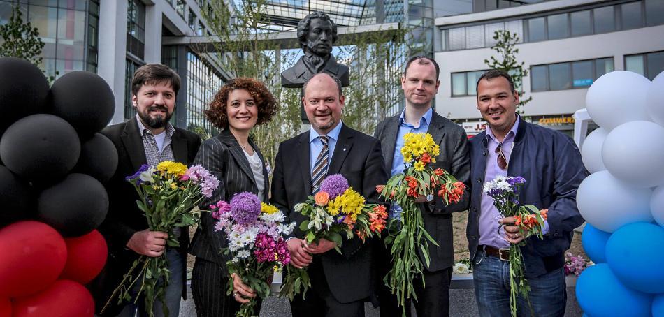 Von links: Marko Zaic, Marianna Kassner, Sergej Aruin, Dimitri Frolov und André Simon vor der Puschkin-Büste am Oberbilker Markt.